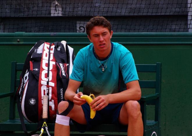 Alexandre Favrot s'alimente durant un match de qualif' à RG - © Tennisleader