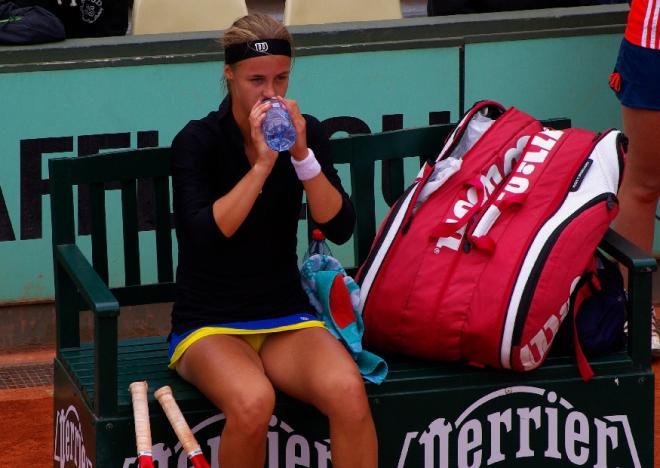 La Slovaque Ana-Karolina Schmiedlova s'hydrate lors des qualifs de RG - © Tennisleader