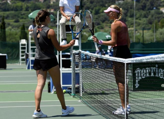 Clara Burel (à gauche à l'image) a dominé Kristina Mladenovic en deux sets - © fft