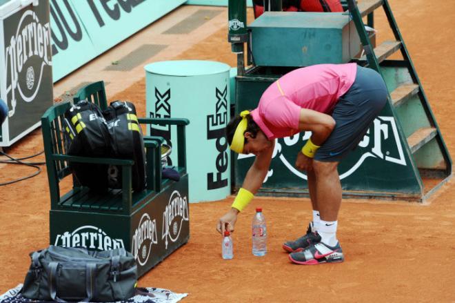 Rafael Nadal replaçant ses bouteilles à Roland-Garros - © Icon Sport